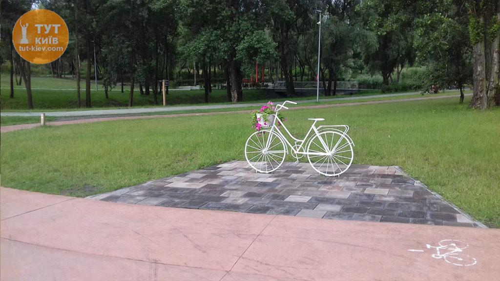 Белый велосипед парк Троещина