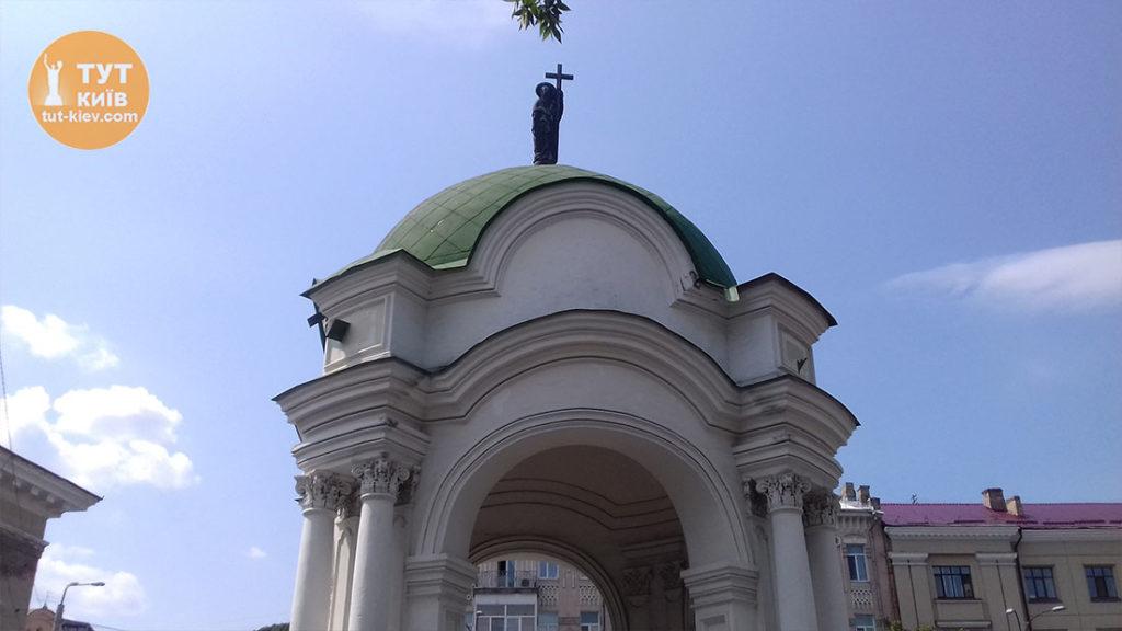 ротонда фонтан Самсон и св Андрей