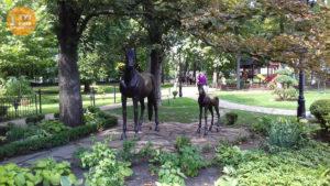 Статуи лошадей