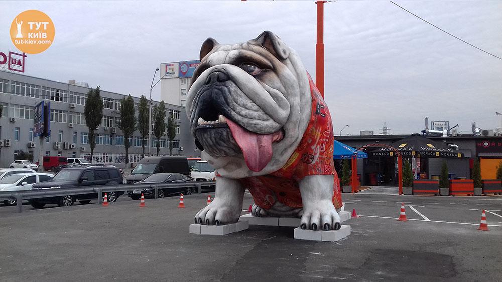 Памятник большой собаке